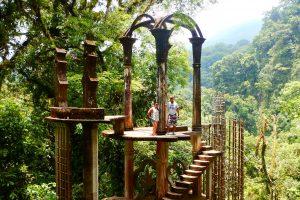 hombre y mujer sobre estructura del jardín surrealista