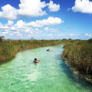 hombres nadando en destino de ecoturismo