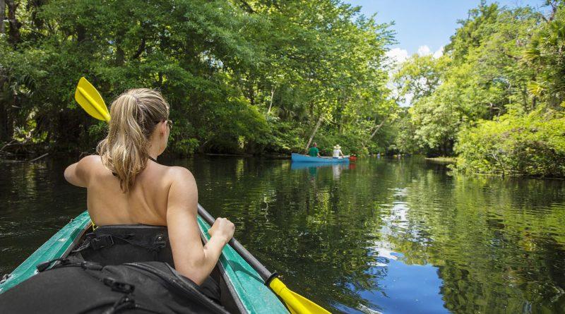 mujer remando en boto con experiencia de ecoturismo